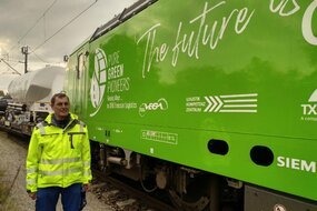 "Karl Fischer vor der Lok ""The Future is rail"""